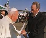 João Paulo II visitou Cuba entre 21 e 25 de janeiro de 1998, em uma viagem histórica, na qual se reuniu com Fidel Castro