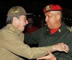 Raúl despide a Chavez en el aeropuerto en La Habana